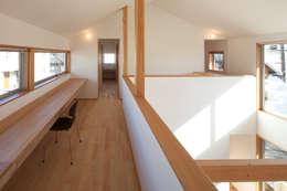 トンネルガレージの家: 株式会社 井川建築設計事務所が手掛けた廊下 & 玄関です。