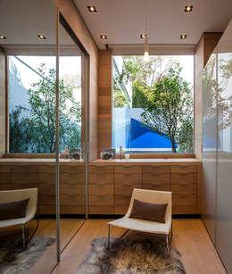 Vestidor: Vestidores y closets de estilo moderno por Eduardo Gutiérrez Taller de Arquitectura