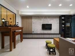 傳統與現代:  客廳 by 禾廊室內設計