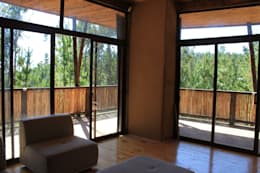 Casa de Fardos: Livings de estilo rústico por Kimche Arquitectos