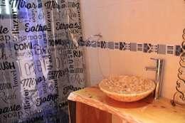 Casa de Fardos: Baños de estilo rústico por Kimche Arquitectos
