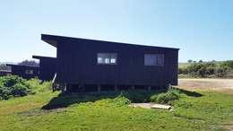 Complejo Turístico el Pangal: Casas de estilo mediterraneo por Kimche Arquitectos