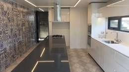 Casa DLP: Cocinas de estilo moderno por 2712 / asociados