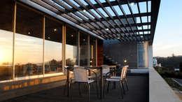 Casa Lomas Blancas: Terrazas  de estilo  por 2712 / asociados