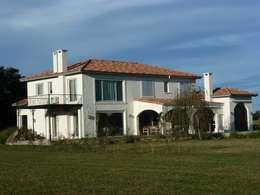 Casas de estilo mediterraneo por Estudio Dillon Terzaghi Arquitectura