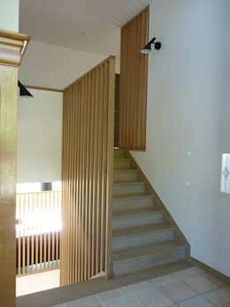 escalier claustra bois: Escalier de style  par BRUNO BINI