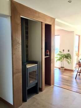 Vista frontal izquierda del proyecto: Pasillos y hall de entrada de estilo  por Rocamadera Spa