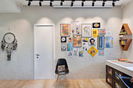 Entertainment/ Projector Screen Wall:  Walls by SAGA Design