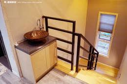 Escaleras de estilo  por W-HOUSE