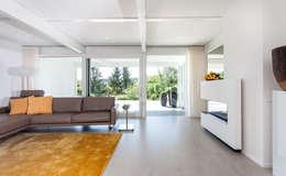 Haustraum mit Wohlfühlfaktor: moderne Wohnzimmer von DAVINCI HAUS GmbH & Co. KG