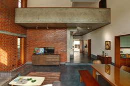 Tropical home 1: tropical Living room by Studio Nirvana