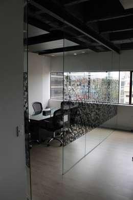 Sala de Juntas: Estudios y despachos de estilo industrial por Bustos + Quintero arquitectos