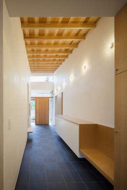 土間: 有限会社角倉剛建築設計事務所が手掛けた廊下 & 玄関です。