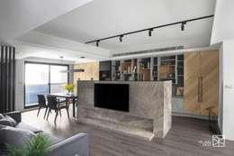 電視牆:  客廳 by 禾廊室內設計