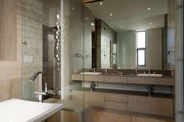 Casa del Tec, Residencia Ithualli: Baños de estilo  por IAARQ (Ibarra Aragón Arquitectura SC)