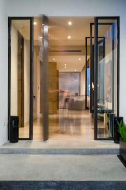 Casa del Tec, Residencia Ithualli: Pasillos y recibidores de estilo  por IAARQ (Ibarra Aragón Arquitectura SC)