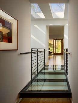 Seidenberg House:  Corridor & hallway by Metcalfe Architecture & Design