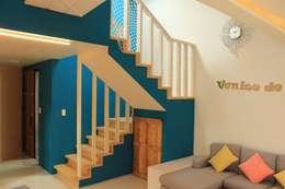 애월읍 어음리 목조주택: 쉬폰의  계단