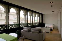 Salon comedor  de piso pequeño: Escaleras de estilo  de projectelab