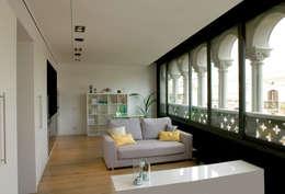 Salón comedor con sofá pequeño gris y suelo de parquet: Escaleras de estilo  de projectelab