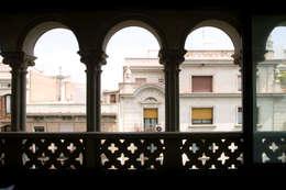 Arcos originales de la fachada de la casa.: Escaleras de estilo  de projectelab