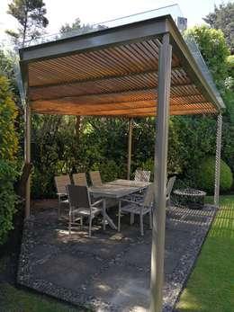Pérgola color pimienta y madera color magnolia en Contadero CDMX: Terrazas de estilo  por Materia Viva S.A. de C.V.