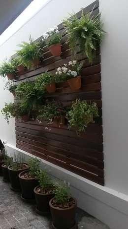 Painel Vertical e horta em vasos: Varanda, alpendre e terraço  por Flavia Tonacci Arquitetura