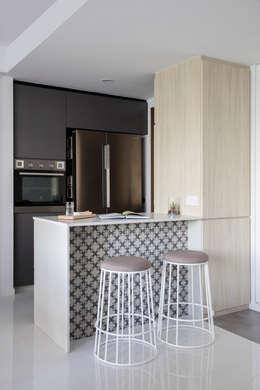 مطبخ ذو قطع مدمجة تنفيذ Eightytwo Pte Ltd