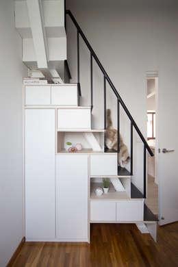 Pasillos y recibidores de estilo  por Eightytwo Pte Ltd
