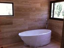 baño casa unifamiliar: Baños de estilo moderno por PICHARA + RIOS arquitectos