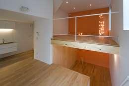 下階: 有限会社角倉剛建築設計事務所が手掛けたリビングです。