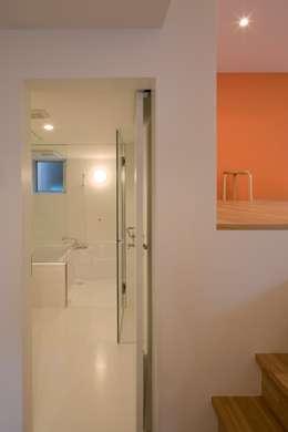 下階: 有限会社角倉剛建築設計事務所が手掛けた浴室です。