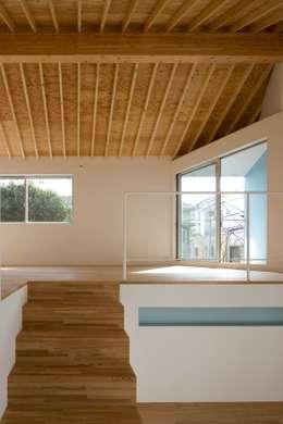 上階: 有限会社角倉剛建築設計事務所が手掛けたリビングです。