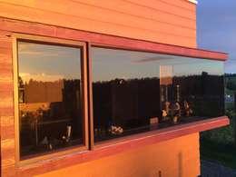 Ventana de cocina: Casas de estilo moderno por Área Urbana Arquitectos SpA