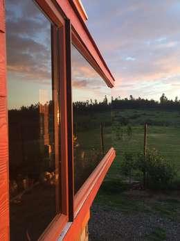 Ventana paisaje: Casas de estilo moderno por Área Urbana Arquitectos SpA