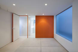 ビルトインガレージ: 有限会社角倉剛建築設計事務所が手掛けたガレージです。