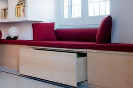 Panca-contenitore-seduta: Soggiorno in stile in stile Scandinavo di VITAE DESIGN STUDIO