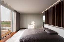 Dormitorios de estilo minimalista por Risco Singular - Arquitectura Lda