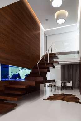 Marta House  - Architecture:  Risco Singular-Arquitectura Lda  Arqº. Paulo Costa e Arqª. Sónia Abreu: Escadas  por Risco Singular - Arquitectura Lda