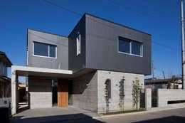 外観: 有限会社角倉剛建築設計事務所が手掛けた一戸建て住宅です。