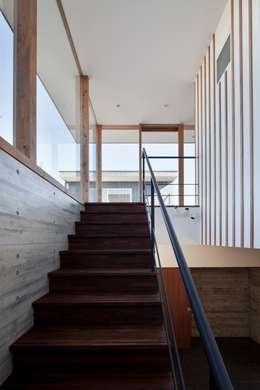 階段から中庭へ: 有限会社角倉剛建築設計事務所が手掛けた階段です。