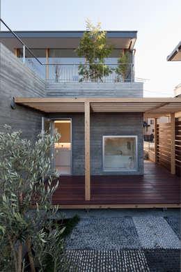 浴室前の庭: 有限会社角倉剛建築設計事務所が手掛けた一戸建て住宅です。