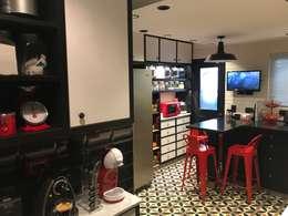 Cocina blancos y negros: Muebles de cocinas de estilo  por PICHARA + RIOS arquitectos