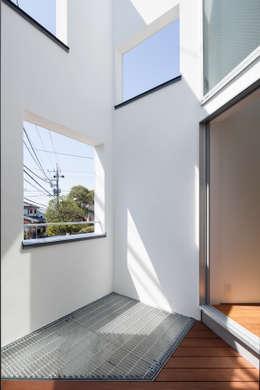 坪庭: 有限会社角倉剛建築設計事務所が手掛けたベランダです。