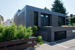 Ansicht Straßenseite: moderne Häuser von Herrmann Massivholzhaus GmbH