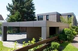 Wohnhaus aus Massivholz und (Sicht-) Beton in Weiterstadt: moderne Garage & Schuppen von Herrmann Massivholzhaus GmbH