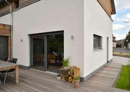 Ansicht Terrasse:  Terrasse von Herrmann Massivholzhaus GmbH