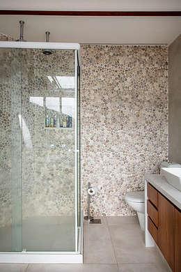 CASA JARDIM BOTÂNICO: Banheiros modernos por Maria Claudia Faro