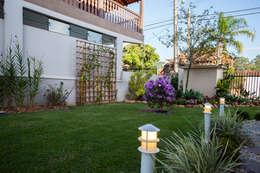 Paisagismo e área de lazer: Jardins de fachadas de casas  por Janete Krueger Arquitetura e Design