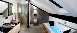 PLUSENERGIE aus dem Westerwald: moderne Badezimmer von DAVINCI HAUS GmbH & Co. KG